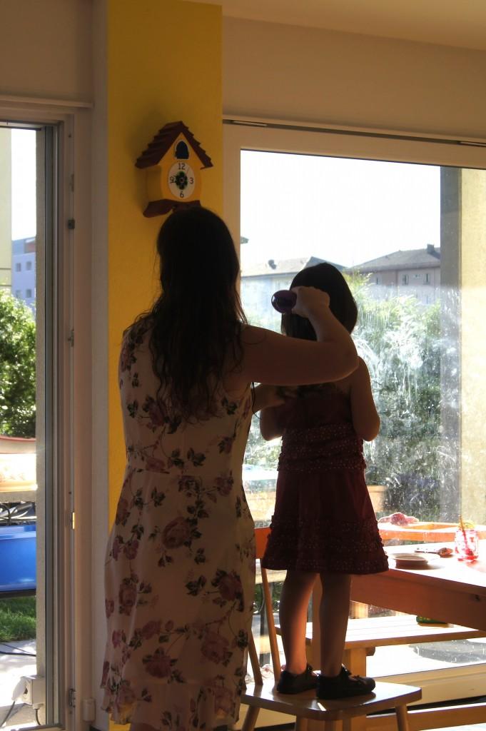Maman coiffant sa fille rentrée des classes