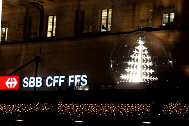 01Boules-à-neige-disco1_Gare-CFF_Festival-Lausanne-lumières_Bourgeon-créatif