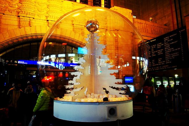 01Boules-à-neige-disco2_Gare-CFF_Festival-Lausanne-lumières_Bourgeon-créatif